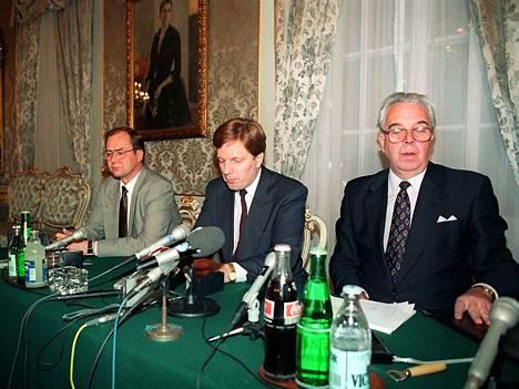 Valtiovarainministeri Iiro Viinanen, pääministeri Esko Aho ja Suomen Pankin pääjohtaja Rolf Kullberg kertoivat markan devalvaatiosta marraskuussa 1991. Käänne koitti vasta seuraavana syksynä, kun he kertoivat markan kellutuksesta.