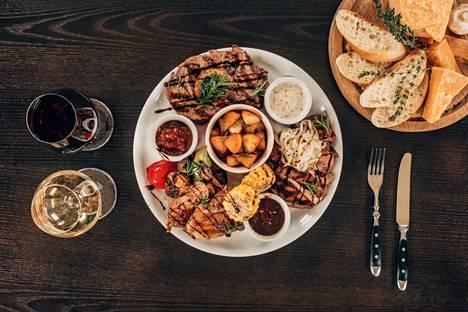 Raikkaat viinit sopivat rennon kesäruoan kylkeen. Pihvin ja äyriäisten lisäksi myös kanansiiville sekä hampurilaiselle löytyy oikea pullo.