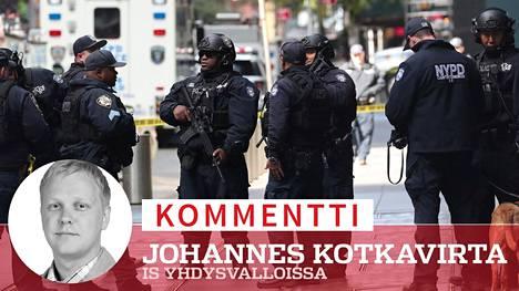 Poliisit päivystivät täydessä varustuksessa New Yorkissa CNN:n toimituksen ulkopuolella.