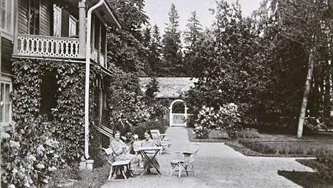Puutarhuri Paul Olsson suunnitteli muun muassa Hagalundin kartanon pihan uudistuksen vuonna 1919. Kuva on otettu 1910- ja 1920-lukujen taitteessa.
