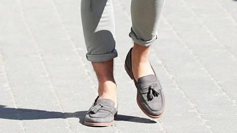 Tiukka housumalli, lyhyet lahkeet ja loaferit ilman sukkia – näyttääkö tutulta?