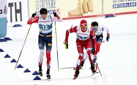 Oberstdorfin MM-kisojen ikimuistoisimpia hetkiä: Aleksandr Bolshunovin sauva katkesi taistelussa Johannes Hösflot Kläbon (vas.) kanssa.