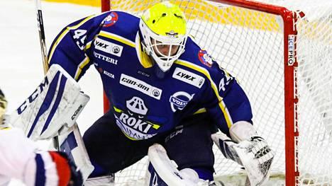 RoKin maalivahti Rasmus Reijola laukoi kiekon Espoo Unitedin maaliin.