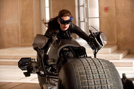 Anne Hathaway kissanaisena elokuvassa Yön ritarin paluu.