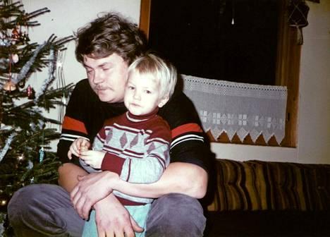 Isä ja poika. Matti ja Kimi Räikkönen joulun alla vuonna 1983.