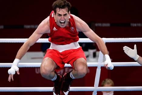 Välisarjan nyrkkeilijä Aidan Walsh riemuitsi liiankin riehakkaasti.