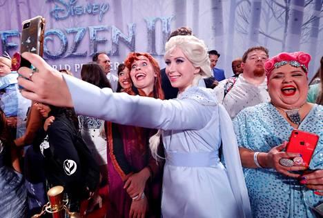 Fanit ottivat innoissaan selfieitä elokuvan ensi-illassa.