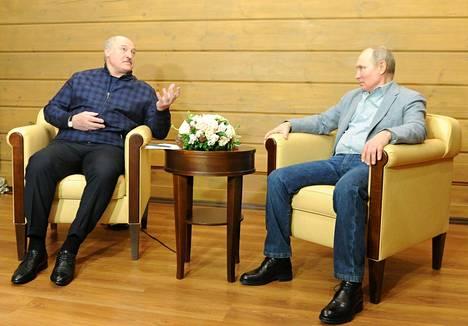 Valko-Venäjää väkivallalla hallitseva johtaja Aljaksandr Lukashenka tapasi vastikään tärkeimmän tukijansa Venäjän presidentin Vladimir Putinin Sotshissa.