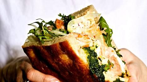 Kotitekoisen focaccian täytteessä maistuvat paistettu lohi ja fenkoli-perunasalaatti.