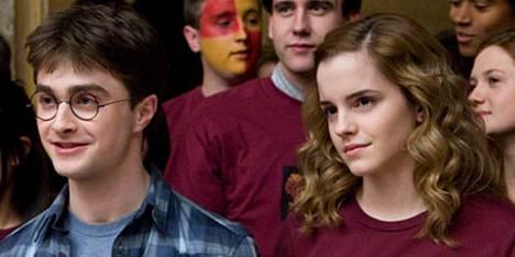 Daniel Radcliffe (vas.) ja Emma Watson esiintyvät seuraavassa Harry Potter -elokuvassa seksikkäässä rakkauskohtauksessa.