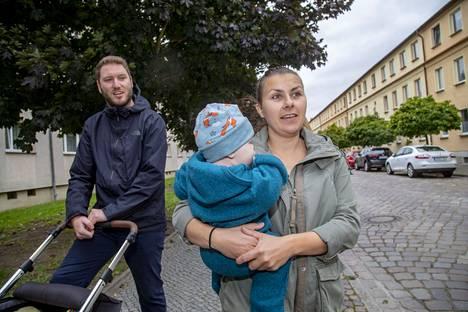 Constantin ja Lisa sekä viiden kuukauden ikäinen Tara-vauva.