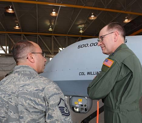 Taustalla Yhdysvaltain ilmavoimien kauko-ohjattava Predator-lennokki, jota muiden mallien ohella käytetään kohteiden tappamiseen etänä. Henkilöt eivät liity juttuun.