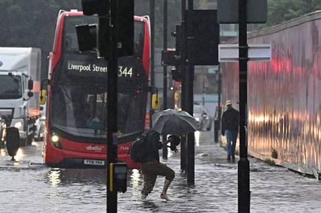 Monet bussit on evakuoitu tulvan vuoksi.