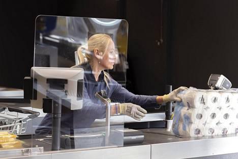 Monet kaupat ja apteekit ovat hankkineet pleksilaseja henkilökunnan suojaamiseksi koronatartunnalta. Kuva Lidl-myymälästä Espoosta.