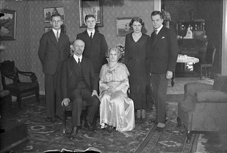 Otto Mannisen ja Anni Swanin 25-vuotishääpäivä vuonna 1932. Edessä Otto Manninen ja Anni Swan, takarivissä vasemmalta Mauno Manninen, Sulevi Manninen, Katri Helena Manninen ja Antero Manninen.