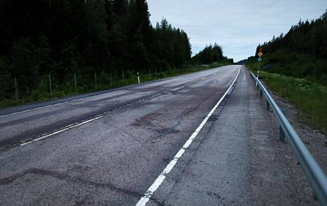 Romua ja liukumajälkiä onnettomuuspaikalla Ysitiellä Jämsässä 13. kesäkuuta 2019.