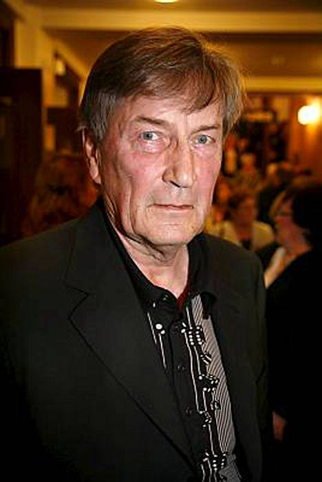 Tapani Perttu tunnetaan näyttelijänä elokuvista, televisiosta ja etenkin teatterista. Hän on myös laulaja.
