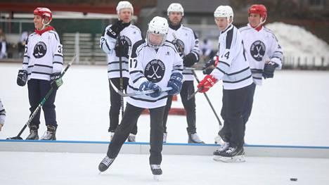 Presidentti Sauli Niinistö pelasi lauantaina hyvätekeväisyysottelussa Helsingissä.