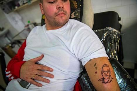 Anders Tegnellistä on tullut koronakriisin myötä julkisuuden henkilö, jonka kasvot ruotsalaismies ikuisti tatuoiuntiin.