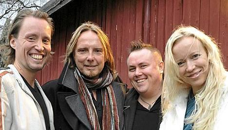 Elonkerjuun alkuperäisjäsenet solmivat levysopimuksen ja etsivät uutta laulajaa.