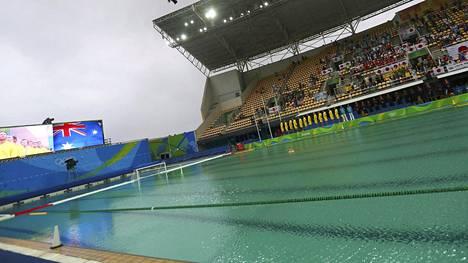 Levä on värjännyt Rion uima-altaiden veden vihreäksi. Esteettistä ongelmaa on yritetty paikata liian suurella määrällä klooria.