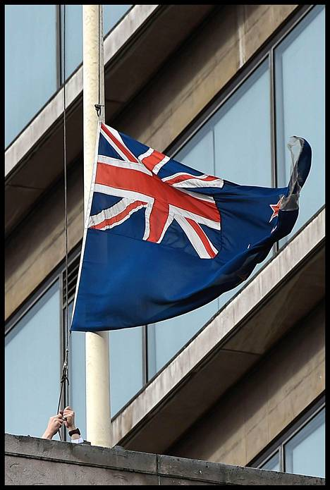 Uuden-Seelannin lippua laskettiin puolitankoon maan suurlähetystössä Lontoossa perjantaina.
