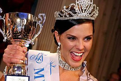 Satu Tuomisto pääsee sovittamaan Miss Suomen uutta kruunua.
