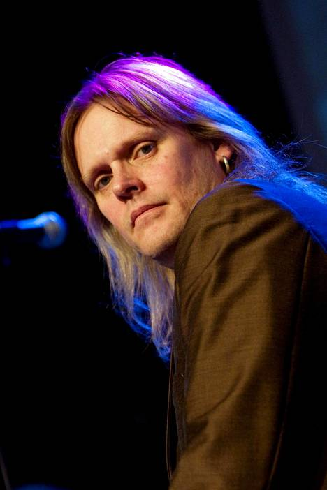 Jukka Mänty-Sorvari soitti Yössä rumpuja vuosina 1990–2002.