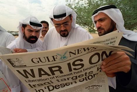 Kuwaitilaiset maanpakolaiset lukevat Dubaissa Persianlahden sodan alkamisesta tammikuussa 1991.