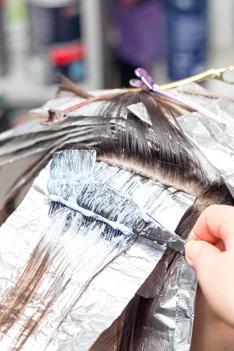 Laita kännykkään ajastin, jotta väri vaikuttaa hiuksissa juuri oikean ajan.
