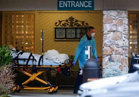 Potilasta kuljetettiin Life Care -palvelukeskuksessa johon suurin osa Yhdysvaltojen koronaviruskuolemista liittyy.
