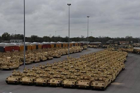 Yhdysvaltain panssarikalusto odotti laivausta Defender-Europe 20 -sotaharjoitukseen Beaumontin satamassa Texasissa helmikuussa.