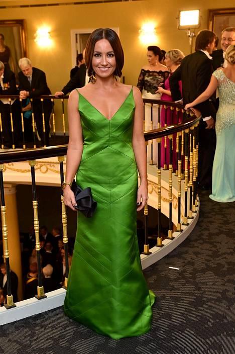 Jaana Pelkonen tunnetaan värikkäistä ja klassisen kauniista juhlapuvuistaan.