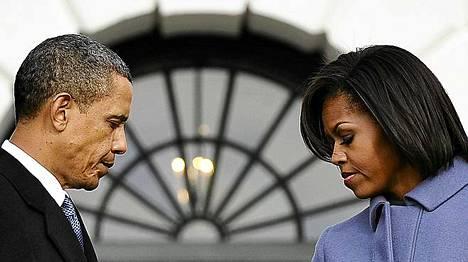 Presidentti Barack Obama vaimoineen hiljentyivät Valkoisen talon edustalla.