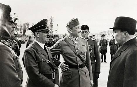 Hitler Mannerheimin 75-vuotispäivillä 4.6.1942. Mannerheimin takana Einar Nuotio ja oikealla Risto Ryti.