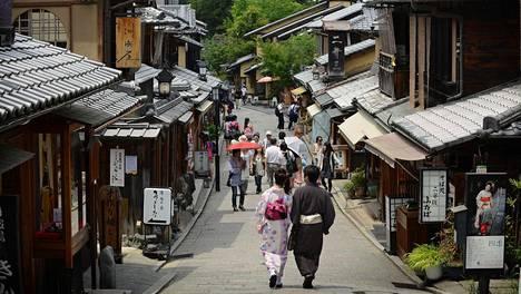 Ninen-Zaka ja Sannen-Zaka -kävelykatujen vanhoissa puutaloissa on kauppoja, ravintoloita ja teetupia.