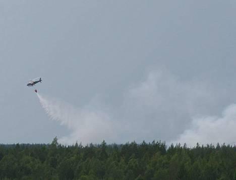 Muhoksen metsäpaloa yritetään sammuttaa helikopterin voimin.