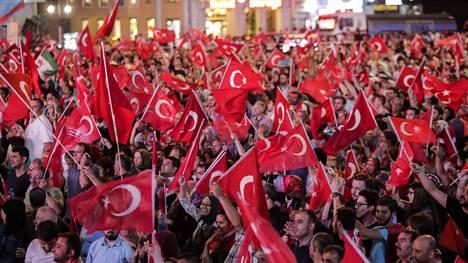 Turkin presidentin Recep Tayyip Erdoganin kannattajat ovat juhlineet näyttävästi vallankaappausyrityksen epäonnistumista muun muassa Istanbulissa.