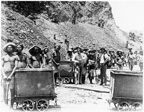 """Etelä-Afrikan bantuja eli """"kaffereita"""" työskentelemässä valkoisten siirtomaaisäntien johdolla."""