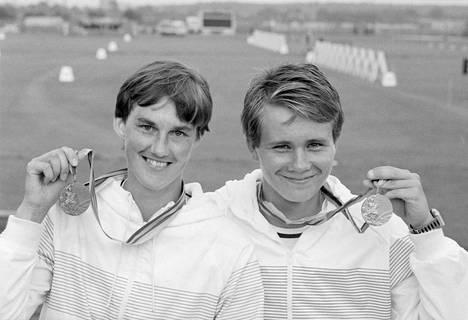 Naisten jousiammunnan pronssimitalisti Päivi Meriluoto ja miesten jousiammunnan olympiavoittaja Tomi Poikolainen poseerasivat kameroille yhdessä.