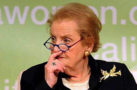 Saa nähdä, miten vakavaksi hirviölauma vetää Madeleine Albrightin.