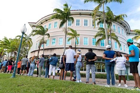 Ihmiset jonottivat äänestämään Miramarissa, Floridassa lauantaina.