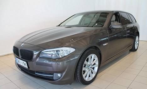 Tuoreempaa korimallia edustava, vuosimallin 2010 BMW 520-dieselfarkku automaattilaatikolla oli selkeästi samanikäistä, mutta vähemmän ajettua vanhempikorista farkku-Bemaria hinnakkaampi. Kuvan 520 Sport Touringilla oli ajettu 237 000 km. Hintapyyntö Hyvinkään Nelipyörässä oli 16 400 euroa..