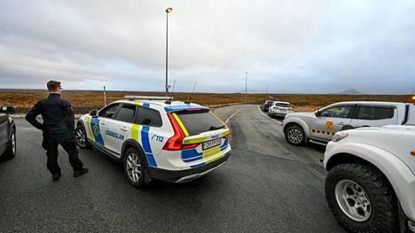 Poliisit sulkivat keskiviikkona tien lähellä Euraasian ja Pohjois-Amerikan mannerlaattojen erkanemissaumaa, lähellä Grindavikin kaupunkia, jossa valtaosa maanjäristyksistä on tuntunut.