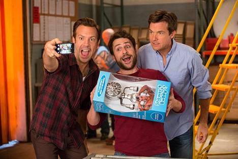 Miehillä (Jason Sudeikis, Charlie Day & Jason Bateman) on vaikeaa töissä.
