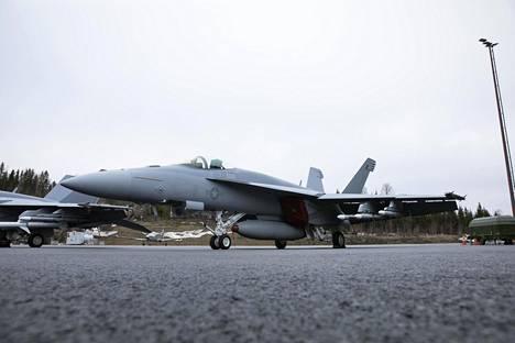 Yksipaikkainen Super Hornetin E-malli on Pirkkalassa ilmataisteluvarustuksessa, siipien alla AIM-120 Amraam-ohjukset.
