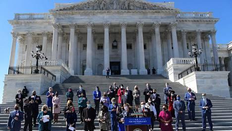Edustajainhuoneen puhemies Nancy Pelosi ja muita edustajia Capitol-kukkulalla järjestetyssä tiedotustilaisuudessa keskiviikkona.