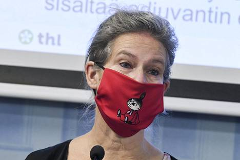 THL:n ylilääkäri Hanna Nohynek tiedotustilaisuudessa kuvattuna Pikku Myy -maskissa.