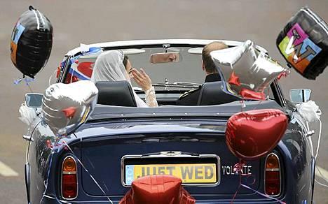 Prinssi William ajoi Aston Martinia, kun hän ja Catherine poistuivat Buckinghamin palatsista häidensä jälkeen.