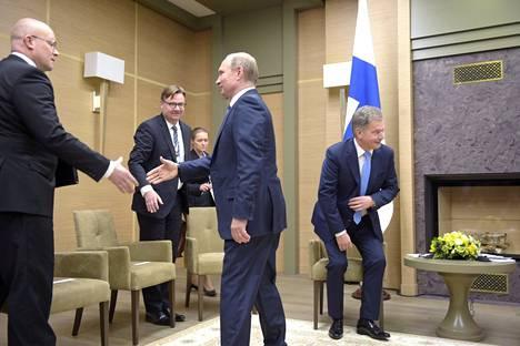 Venäjän presidentti Vladimir Putin kätteli Mikko Hautalaa maaliskuussa 2016. Hautalasta tuli samana vuonna Moskovan-suurlähettiläs.